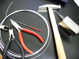 Werkzeug und Material zum Ohrhaken basteln